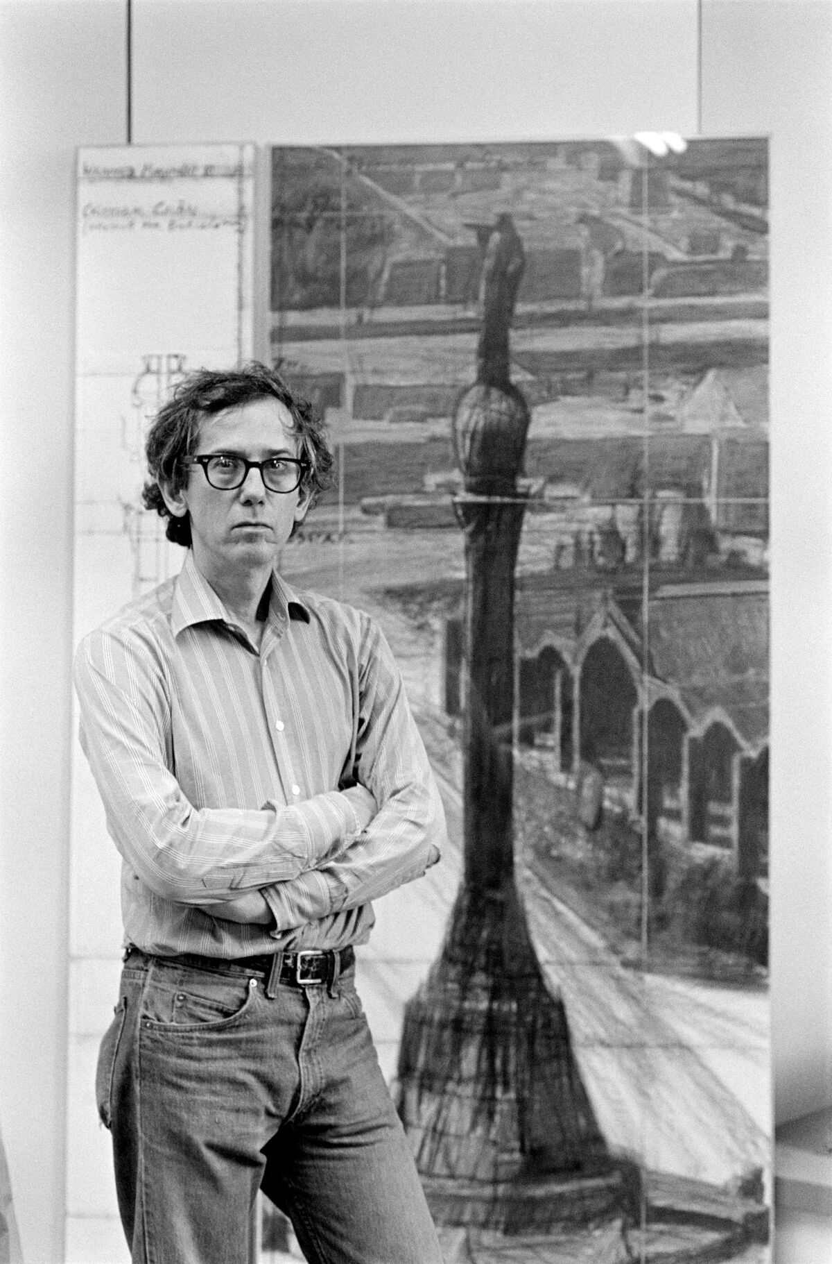 Christo al seu estudi de Nova York amb el projecte de Colom, el 1984 (Crèdits: Wolfgang Volz © The Estate of Christo V. Javacheff)